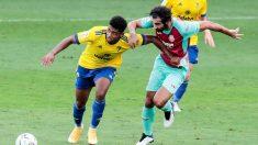 Lozano y Albiol pelean por una pelota. (EFE)