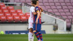 Messi y Lucas Vázquez se abrazan tras el Clásico.
