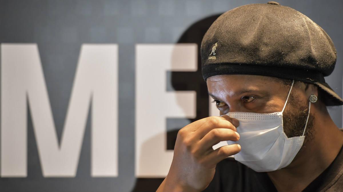 Ronaldinho, con mascarilla en su visita al Mineirao. (Getty)