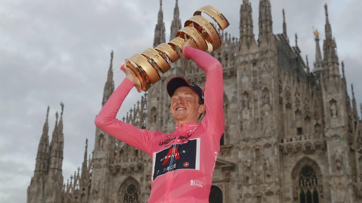 Tao, con su trofeo de campeón del Giro de Italia. (AFP)