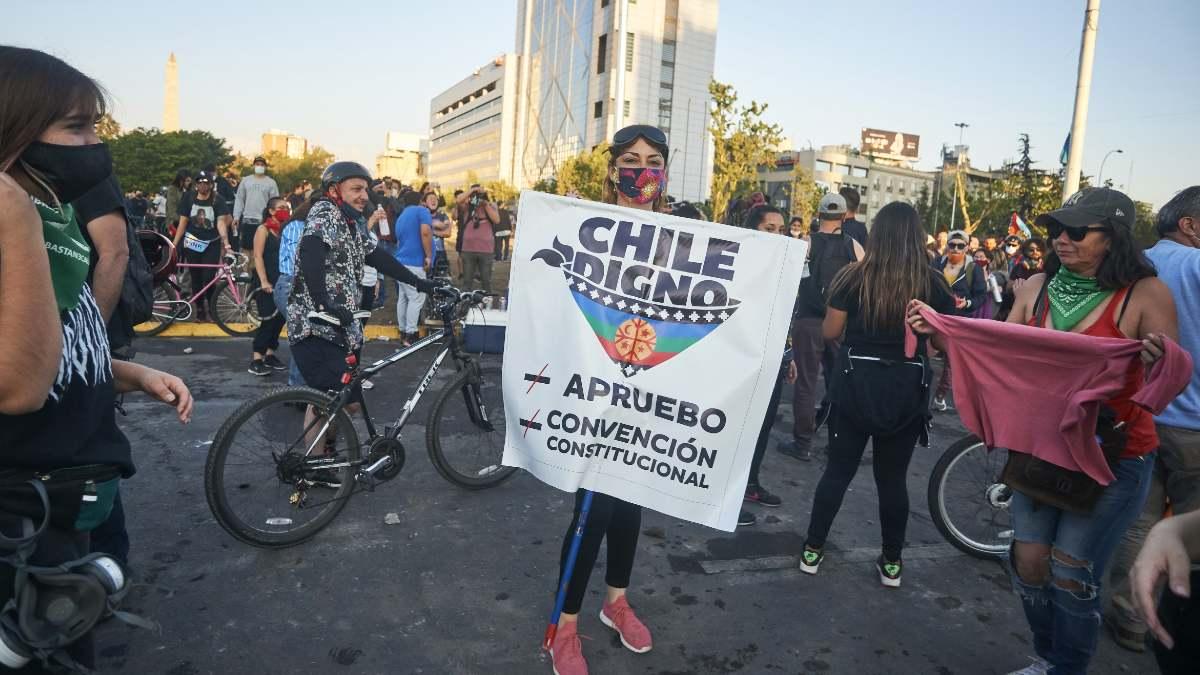 Centenares de chilenos han salido a las calles a celebrar el histórico triunfo en el plebiscito. Foto: EP