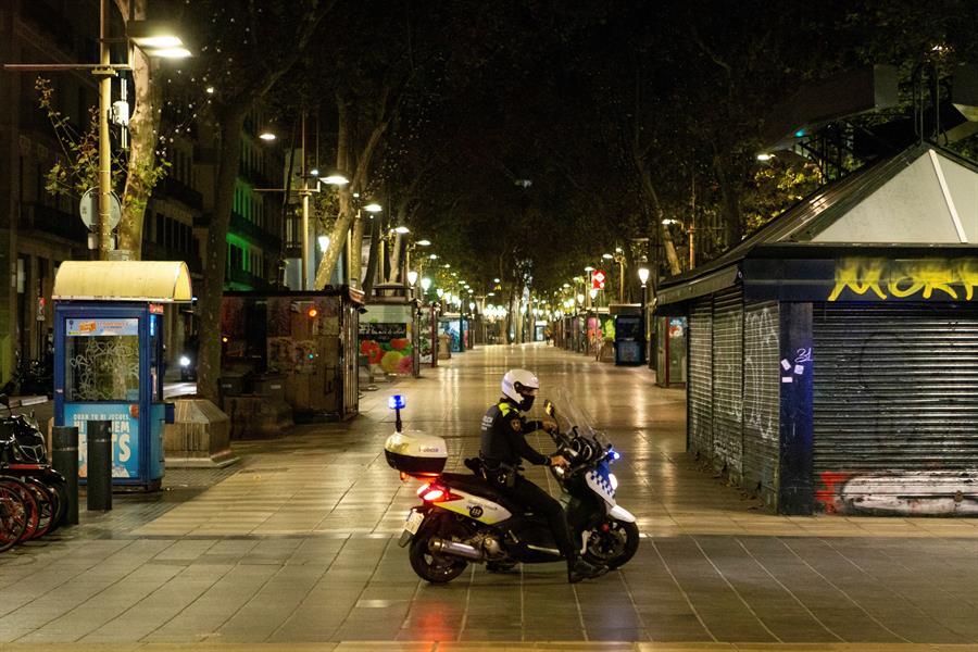 Patrullas policiales en Barcelona por el toque de queda (EFE).