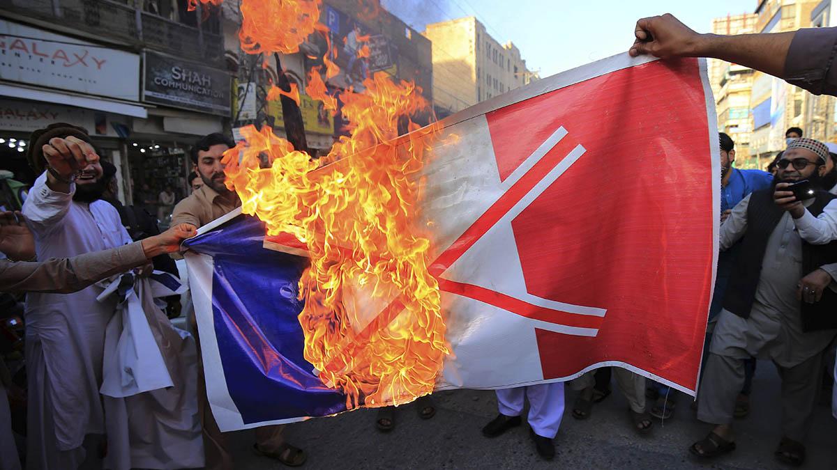 Queman una bandera de Francis durante una manifestación en Peshawar (Pakistán) contra las declaraciones del presidente Macron sobre el islamismo.