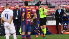 Martínez Munuera señala el penalti de Lenglet tras consultar el VAR. (Getty)