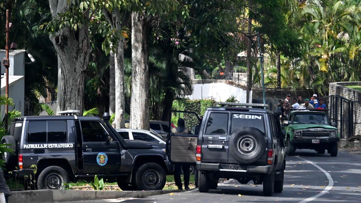 Un equipo del Sebin venezolano en la embajada de España en Caracas (Foto: AFP)