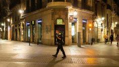 Un agente urbano de Barcelona vigila el cumplimiento del toque de queda (EFE).