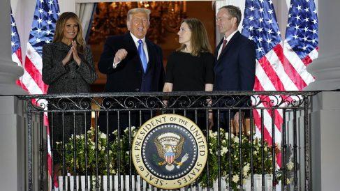 El presidente de EEUU, Donald Trump y la jueza Amy Barrett, acompañados de la pimera dama, Melania Trump, y el esposo de la nueva magistrada del Supremo, Jesse Barrett. Foto: EP