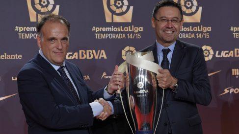 Tebas entrega la Liga a Bartomeu. (AFP)