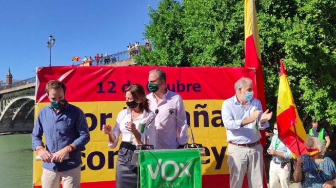 De izquierda a derecha, Javier Cortés, presidente de Vox Sevilla, Reyes Romero, diputada de Vox, Javier Ortega-Smith, secretario general de Vox y Macario Valpuesta, parlamentario de Vox en Andalucía.