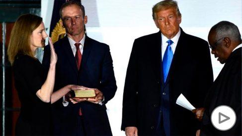 La jueza Amy Coney Barrett jura su recién electo cargo en el Supremo junto a su marido y el presidente, Donald Trump. Foto: AFP