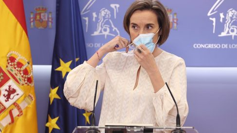 La portavoz del PP en el Congreso de los Diputados, Cuca Gamarra, se quita la mascarilla para intervenir en una rueda de prensa. Foto: EP