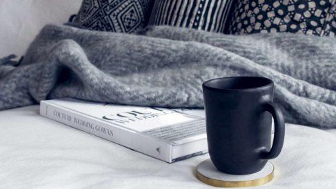 Una manta en el sofá en un básico cuando llega el frío