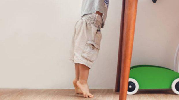 Quitarse los zapatos en casa, por que es útil para los niños (y para la salud)