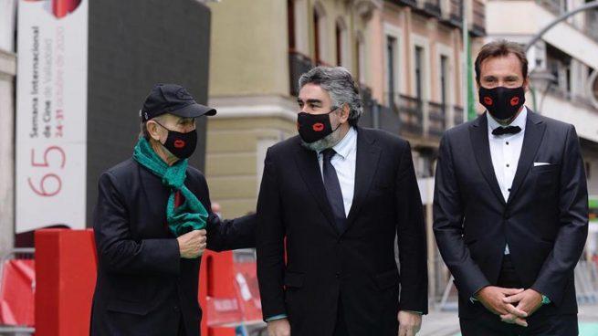 El ministro de Cultura y Deporte, José Manuel Rodríguez (c), asiste junto al alcalde de Valladolid, Óscar Puente (d), y el director del festival, Javier Angulo (i), a la gala de inauguración de la 65 edición de la Semana Internacional de Cine de Valladolid (SEMINCI). Foto: EFE