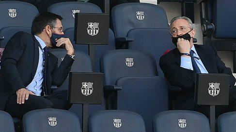 Bartomeu y Florentino Pérez, en el palco del Camp Nou. (AFP)