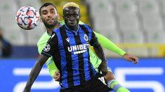Diatta pelea por un balón ante la Lazio. (AFP)