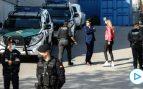 Agentes de la Guardia Civil custodian la sede de la empresa Events en Igualada (Barcelona) en el marco de una investigación judicial por presunto desvío de fondos para financiar los gastos del ex presidente Carles Puigdemont. (Foto: Efe)
