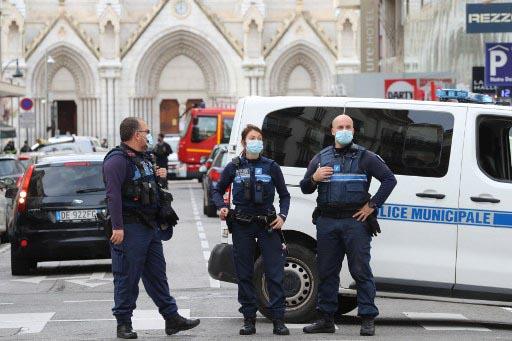 Policías franceses custodian la puerta de la catedral de Notre Dame de Niza tras el atentado yihadista. Foto: AFP