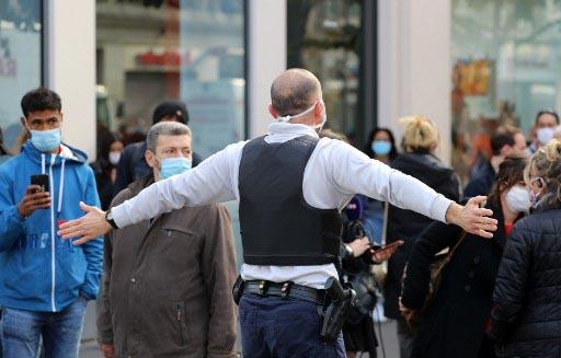 Un policía en las inmediaciones de la catedral de Notre Dame de Niza tras el atentado yihadista. Foto: AFP