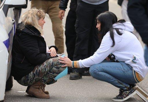 Una mujer consuela a otra en las inmediaciones de la catedral de Notre DAme de Niza donde este jueves un yihadista ha matado al menos a tres personas. Foto: AFP