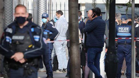Agentes de la Policía Nacional francesa en las inmediaciones de la catedral de Notra Dame de Niza donde un hombre ha asesinado al menos a tres personas en un nuevo atentado yihadista. Foto: AFP