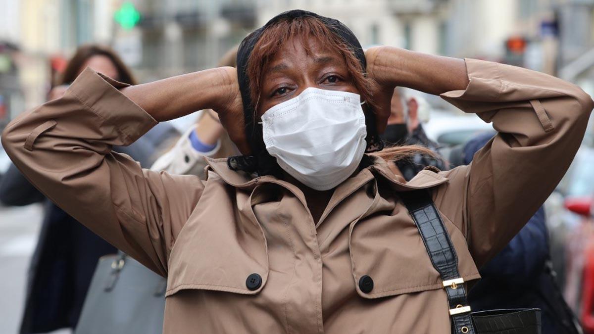 Una mujer se lleva las manos a la cabeza tras enterarse del atentado en la catedral de Notre Dame de Niza. Foto: AFP