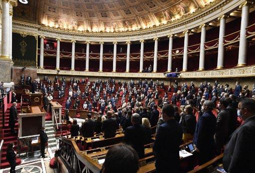 Los políticos franceses guardan un minuto de silencio en la Asamblea Nacional tras conocer el atentado yihadista en Niza. Foto: AFP