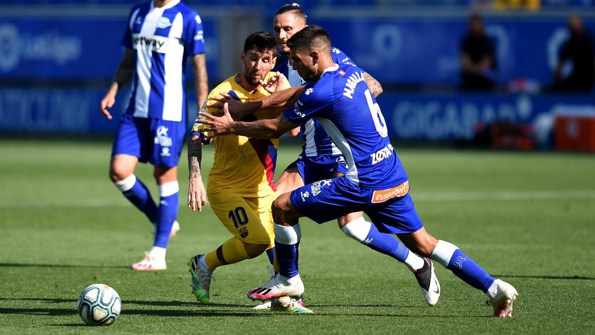 Leo Messi intenta llevarse un balón en el Alavés-Barcelona. (Getty)