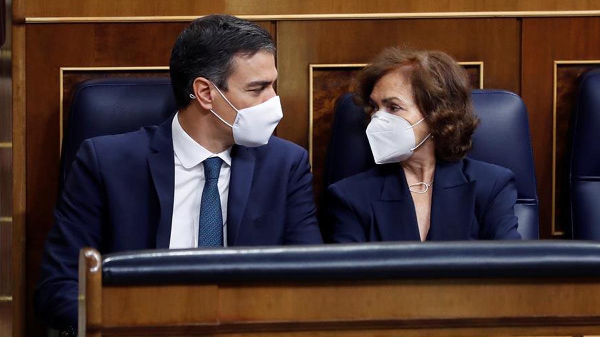 Pedro Sánchez y Carmen Calvo en el Congreso. (Foto: EFE)