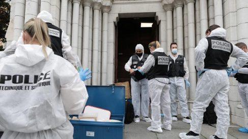 La Policía científica y judicial francesa en la catedral de Notre Dame de Niza investigan el atentado yihadista perpetrado. Foto: AFP