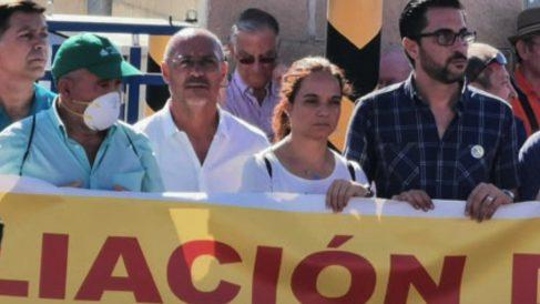 Sara Hernández a la cabeza de la manifestación contra el vertedero.