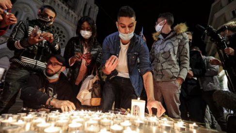 Varios ciudadanos de Niza depositan velas afuera de la catedral de Notre Dame, donde el jueves un terrorista islamista asesino a tres personas en un nuevo atentado yihadista. Foto: AFP