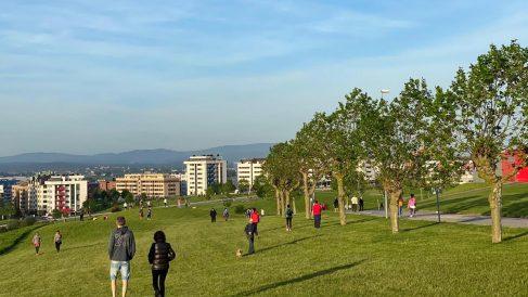 Gente disfrutando del buen tiempo en Oviedo. Foto: EP