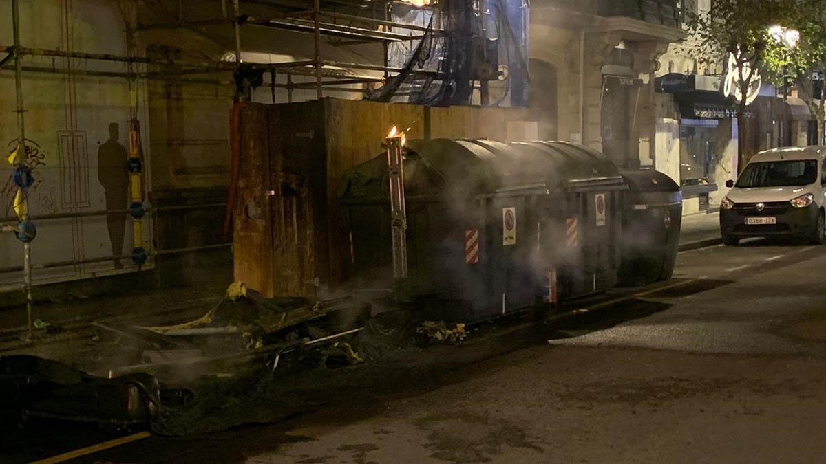 Contenedores quemados en la protesta contra el toque de queda en Bilbao.