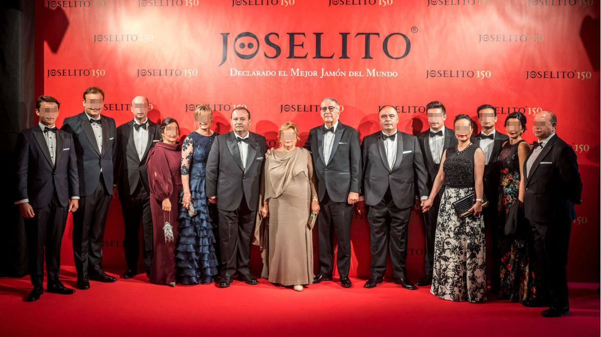 Juan Luis Gómez sujetando la mano de su esposa, a la derecha del patriarca del grupo, Juan José Gómez Gómez (en el centro), durante la fiesta del 150 aniversario de Jamones Joselito celebrado en el Teatro Real de Madrid.