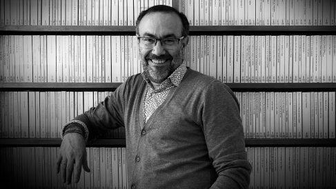 El escritor Jesús Marchamalo en la biblioteca de casa de Miguel Delibes. @AsísG.Ayerbe