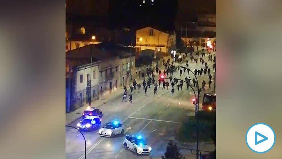 """Jóvenes violentos atacan a la Policía en Burgos por las medidas anti Covid- """"¡Pero si les tiran piedras!"""""""