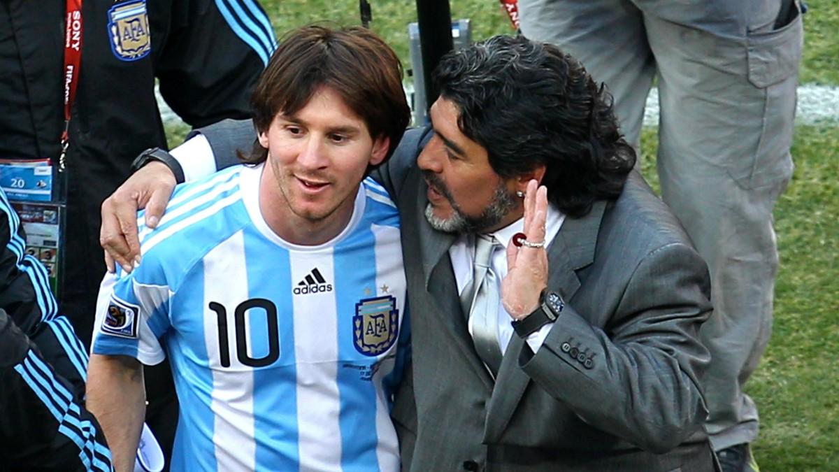 Diego Armando Maradona habla con Messi en el Mundial de 2010. (Getty)