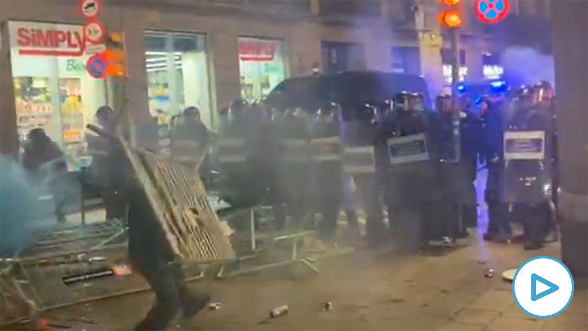 Enfrentamiento de negacionistas contra los mossos.