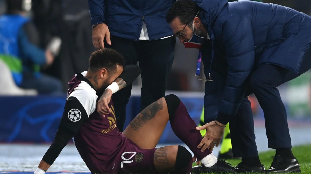 Neymar, en el suelo tras lesionarse ante el Basaksehir. (AFP)