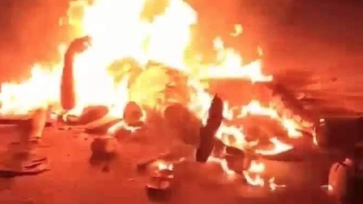 Una imagen difundida en redes sociales de un hombre ardiendo acusado de blasfemia contra el Corán en Bangladesh.