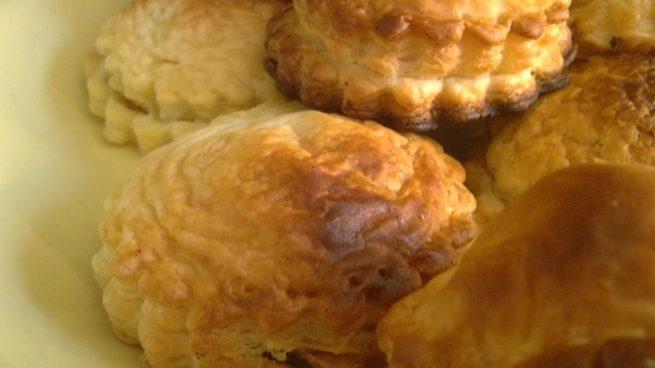 Pastelitos ingleses de hojaldre con jamón, manzana y queso