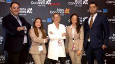 Martín Jerónimo Hernández (a la izquierda), su pareja Sonia Fleitas (en el centro) y el resto del equipo de SKA Hotels, en Madrid en la feria Fitur de 2019.