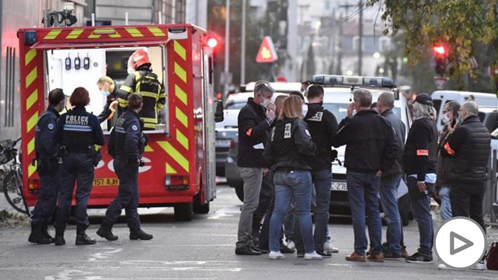 Ambulancias y agentes de policía a las afueras de la iglesia donde un sacerdote ha resultado herido de bala. Foto: AFP