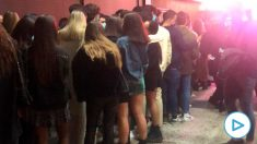 Decenas de jóvenes a las puertas de la discoteca La Nuit de Madrid para celebrar Halloween