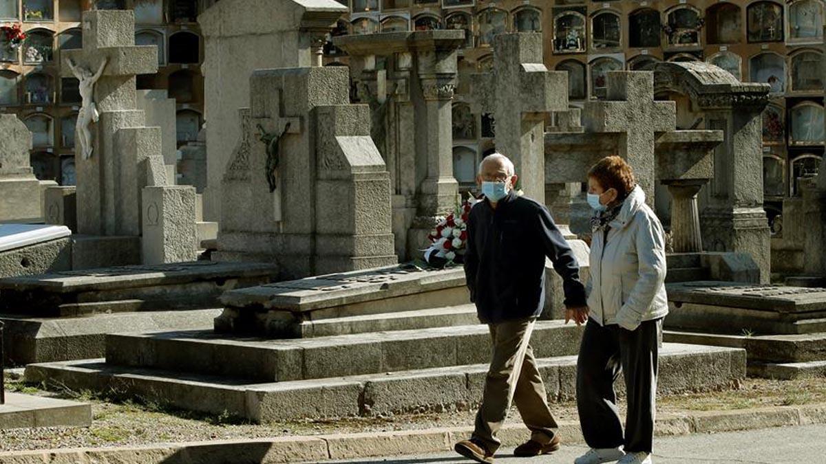 Una pareja visita el cementerio de Las Cortes de Barcelona, este domingo con motivo de las fiestas de todos los Santos. Foto: EFE