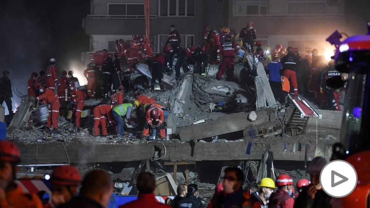 Personal de rescate se afana por hallar supervivientes entre los escombros tras el terremoto de Turquía. Foto: AFP