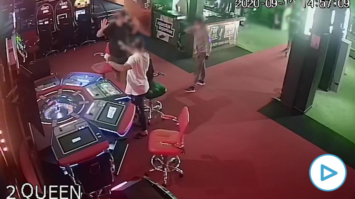 Momento del atraco a un casino de Arona, Tenerife. (Vídeo: Guardia Civil)