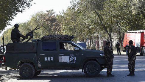 Fuerzas de seguridad vigilan la Universidad e Kabul tras el atentado perpetrado este lunes.