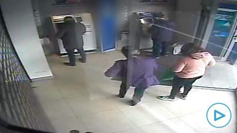 La policía detiene a una banda que robaba ancianos por el 'método de la siembra'